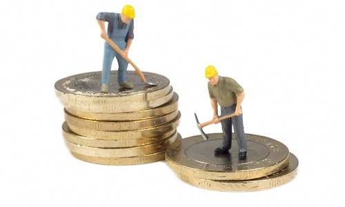 Workers On Top Of Turkish Coins Isolated On White Background — Photo by czgur